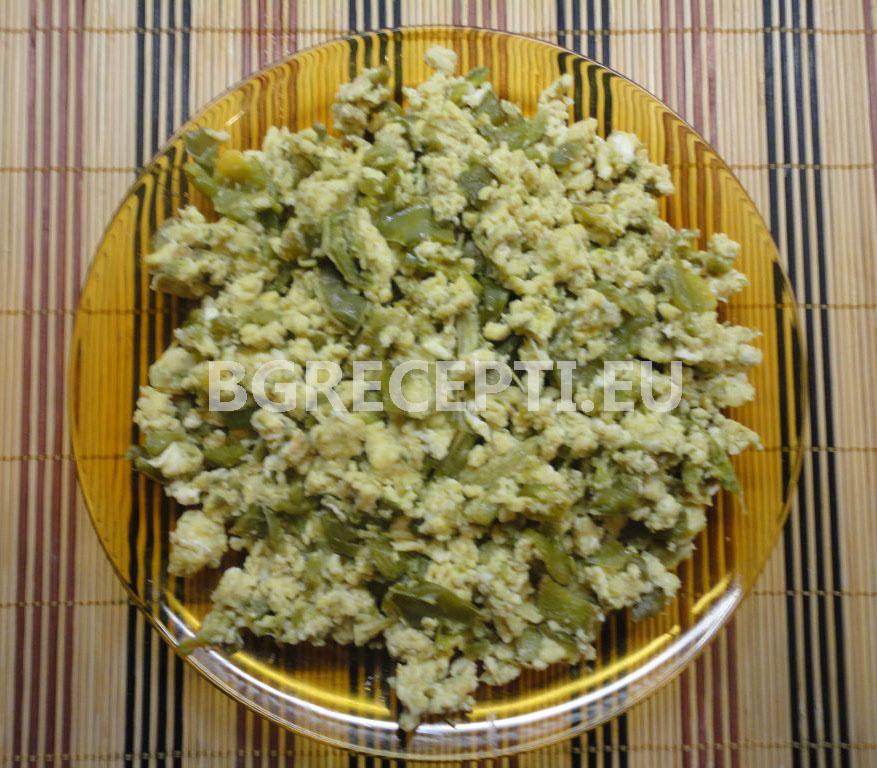 Пържени чушки с яйца и сирене