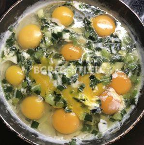 Бъркани яйца със зелен лук и серене