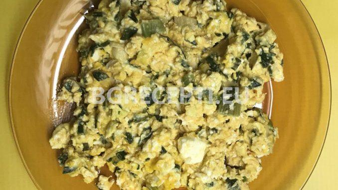 Бъркани яйца със зелен лук и сирене